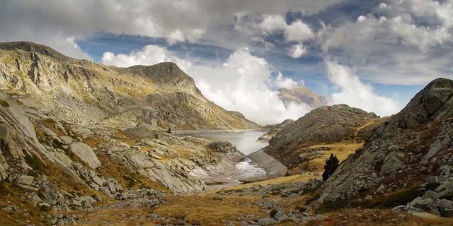 """Der Estany Tort, der """"krumme See"""", liegt in der äußeren Schutzzone des Nationalparks und ist ein beliebtes Ziel oberhalb des Vall Fosca. Foto: Annika Müller"""