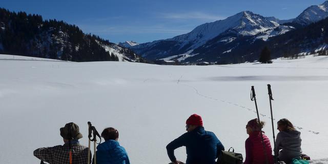 """Pause am Schattwalder Moorweiher, die Sitzbank ist mit den Schneeschuhen schnell """"zusammengebaut"""", Softshell drauf und fertig. Foto: Thomas Krobbach"""