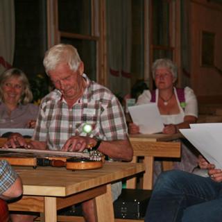 Oberreintal- und Bergführerlegende Sepp Deng spielte den Eröffnungsgästen ein paar Gstanzln auf.