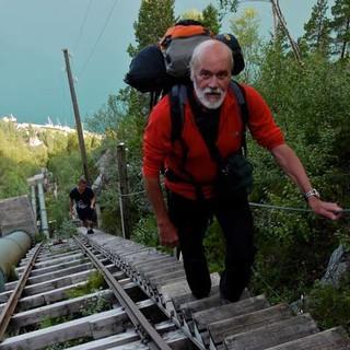 Der Tiefblick zum Fjord sollte kein Anlass zum Stolpern sein. Foto. Antes & Antes