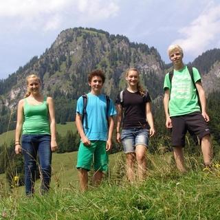 Schüler*innen vor dem Hirschberg oberhalb Jubi Hindelang. Foto: Wolfgang Mayr