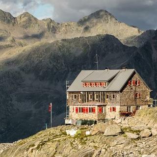 Barmer Hütte Frontansicht Wolken Christof Ursch-1200px