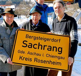 Bergsteigerdorf Sachrang erhält offizielles Ortsschild.