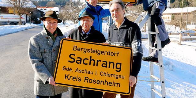 Bürgermeister Peter Solnar (v.r.), Ehrenbürger Hans Pumpfer (mitte) und Tourismuschef Herbert Reiter (v.l.) und das besondere Ortsschild