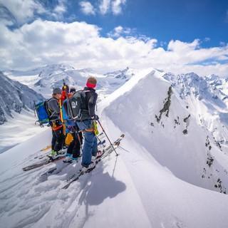Mit Ski im winterlichen Hochgebirge. Foto: DAV / Silvan Metz