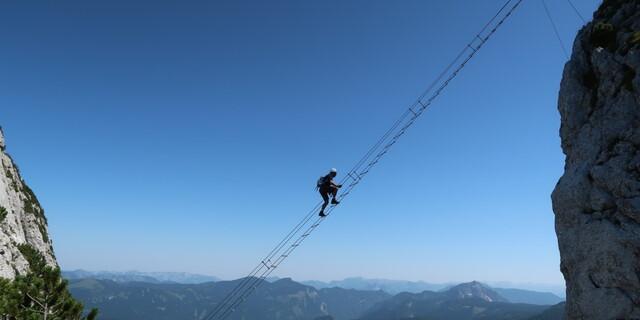 Ganz spektakulär verläuft die schräge Leiter am Donnerkogel im Salzburger Land. In Ergänzung zum Bild in Panorama 5/21: So wäre die Benutzung korrekt. Foto: Andreas Jentzsch