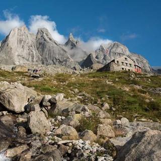 <p>Freie Wahl: Über der Sciorahütte bietet die gleichnamige Gruppe große Auswahl an alpinen Zielen.</p>  <p>Foto: Ralf Gantzhorn</p>