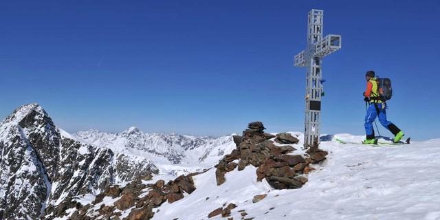 Auf dem Gipfel der Sonklarspitze - Von nun an geht's bergab: Die Sonklarspitze ist der Höhepunkt des vierten Tages. Foto: Stefan Herbke