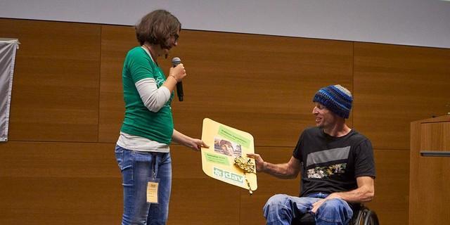 Annika überreicht Basti den Goldenen Jugendleiterausweis, Foto: JDAV/Ben Spengler