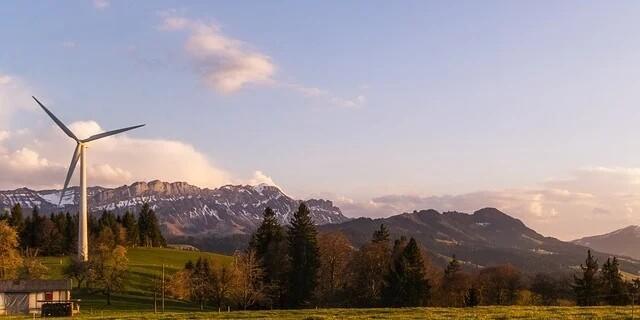 Windrad vor Bergkulisse, Foto: Lukas Bieri/Pixabay