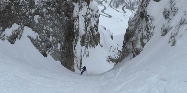 Pulverschneetraum im schmalen und steilen Val Setus. Foto: Stefan Herbke