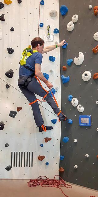 Die ParaVertikalen Augsburg: Mit speziellen Beinschlaufen lassen sich die Füße präzise auf die Tritte stellen. Foto: Sarah Scheel
