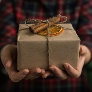 Festliche Geschenkverpackung muss nicht unbedingt glitzern und glänzen. Foto: pixabay