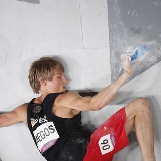 Alex Megos in der Boulder-Qualifikation. Foto: Dimitris-Tosidis