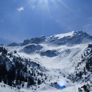 Strahlender Sonnenschein begleitet die Skitourengeher auf die 2211 Meter hohe Gamsfreiheit. Foto: Stefan Herbke