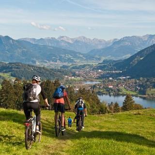 Mountainbiker bei Abfahrt vor Bergkulisse. Foto: Robert Lassahn.
