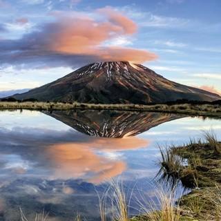 März: Der Vulkan Mount Taranaki (2518m) zeigt sich selten ohne Wolkenhaube, Egmont-Nationalpark, Neuseeland - Foto: Andreas Strauß