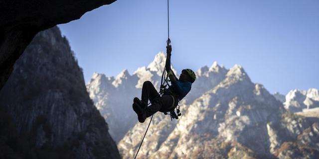 """Über große Dächer zu """"jümarn"""" verlangt nach einiger Übung. Foto: DAV / Silvan Metz"""