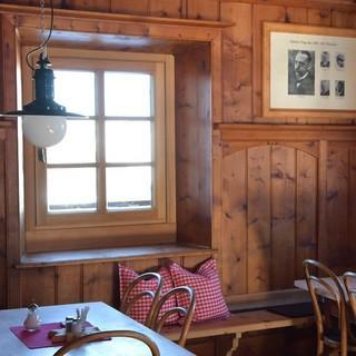 Skirunde Großvenediger: Wie ein Museum: die Prager Stube auf der Neuen Prager Hütte. Foto: Stefan Herbke