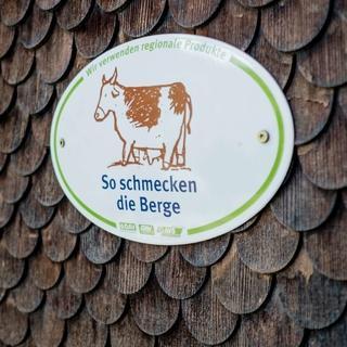"""Hängt dieses Schild am Hütteneingang ist die Hütte bei der Initiative """"So Schmecken die Berge"""" dabei! Photo: Hans Herbig"""