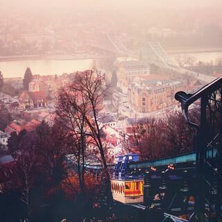 Blick von der Bergstation der Schwebebahn Dresden nach Loschwitz und das Blaue Wunder. Foto: Michael R. Hennig