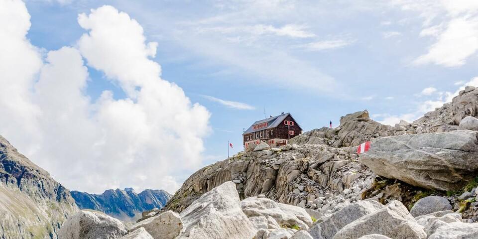 Auf die Barmer Hütte dürfen sich die Wanderer am Ende der dritten Etappe freuen Foto:  Christoph Ursch