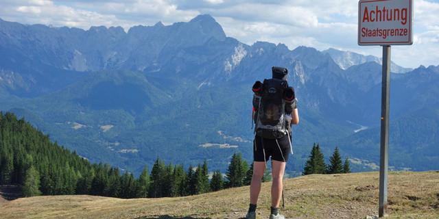 Blick vom Karnischen Hauptkamm auf die Julischen Alpen. Foto: Christof Herrmann