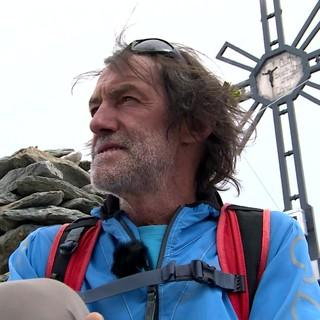 Hans Kammerlander auf dem Gipfel des Moostock – dort hat seine Bergleidenschaft begonnen. Foto: Hartmann Seeber
