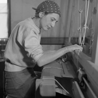 Anni Albers 1937 am Webstuhl im Black Mountain College (BMC). Foto: Helen Modley; mit freundlicher Genehmigung des Western Regional Archives, State Archives of NC.