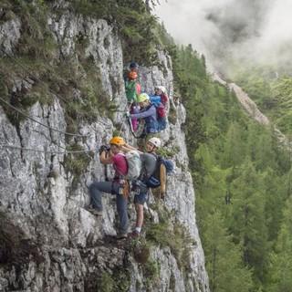 Gruppe in einem Klettersteig. Foto: JDAV / Silvan Metz