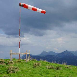 Ist das Wetter zu riskant, bleiben vernünftige Gleitschirmfliegerinnen und -flieger am Boden. Foto: Till Gottbrath