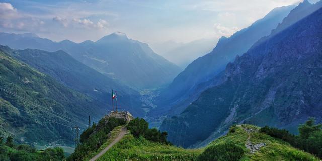 Ausblick vom Ostello al Curò nach Westen über das Val Bondione. Foto: Joachim Chwaszcza