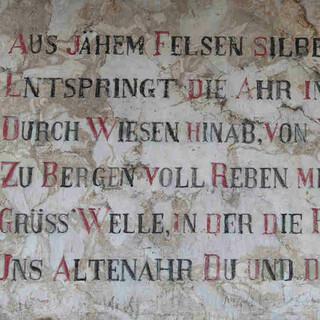 Dieses Gedicht und die Quelle nebenan markieren den Ausgangspunkt des Ahrsteigs in Blankenheim. Foto: DAV/Klaus Herzmann