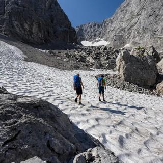 Manche Schneefelder halten sich hartnäckig und können zur gefährlichen Rutschbahn werden. Foto: DAV/Wolfgang Ehn