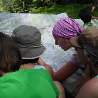 Orientierung mit Karte, Foto: Jubi/ Bernhard Streicher