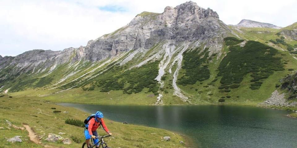 Taurista: Herrliches Panorama am Oberhüttensee. Foto: Traian Grigorian