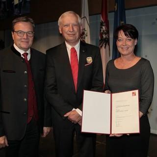 Ludwig Wucherpfennig wurde von LH Günther Platter, LTP Sonja Ledl-Rossmann und LHStvin Ingrid Felipe mit dem Tiroler Adler-Orden in Gold gewürdigt. Foto: Land Tirol/Frischauf