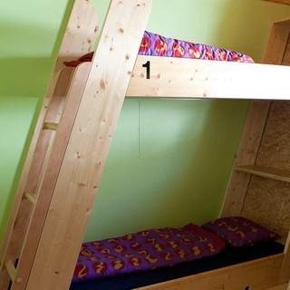 Die futuristisch anmutende Capanna Corno Gries (2338) des SAC Bellinzona bricht mit traditioneller Hüttenarchitektur: Im Zimmerbereich finden sich kaum rechte Winkel. Foto: Powerpress.ch