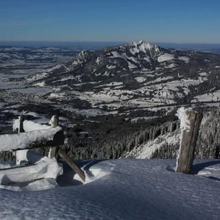 Frisch verschneit präsentiert sich zur Zeit auch der Grünten. Foto: M. Pröttel
