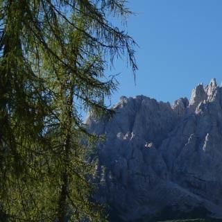 Rifugio Giaf - <p>Das Rifugio Giaf steht auf einer kleinen Waldlichtung unterhalb imposanter Dolomiten-Zinnen.</p>