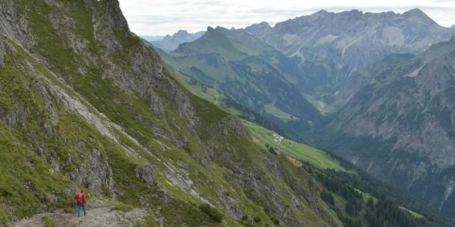 Auf den Weg achten: Den Blick zur Braunarlspitze vom ausgesetzten Hochschereweg genießt man besser bei einer Pause. Foto: Stefan Herbke