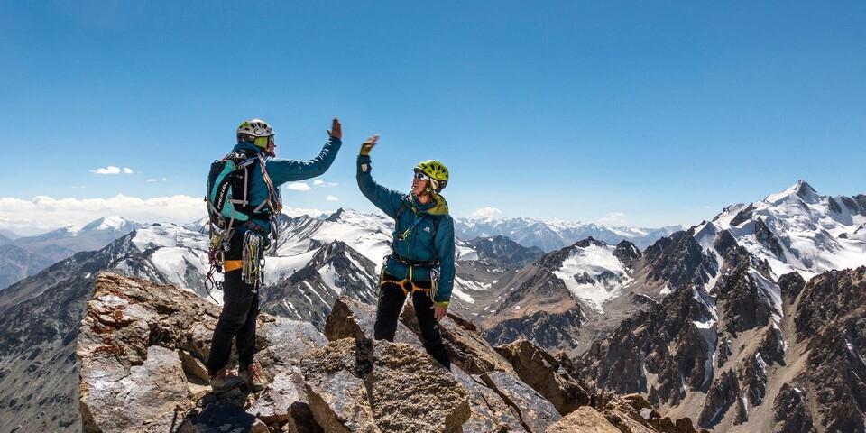 Gipfelfreude auf der Abschlussexpedition des Expedkaders der Frauen 2016 nach Tadschikistan. Foto: DAV / Dörte Pietron
