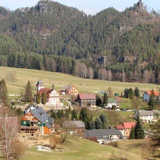 Vorne liegt Dittersbach, dahinter die zugehörige Felsenwelt – alles schön geordnet. Foto: Swen Geißler