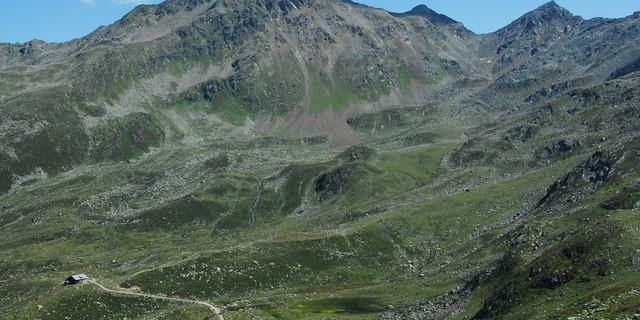 Die Geländekammer der Ascher Hütte: 2014 wurde die Versingbahn an der Hütte vorbei gezogen. Eine weitere Gondel soll nun folgen. Foto: DAV
