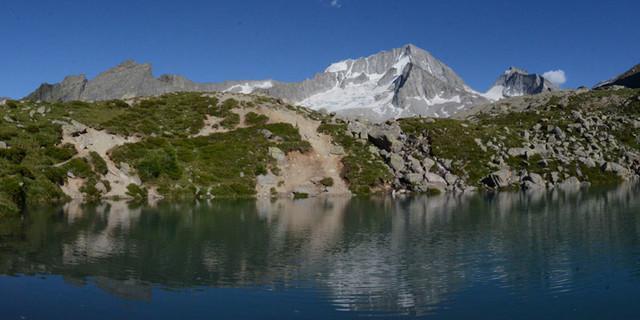 Hochgall - Spiegelwelt: Dank dem kleinen See oberhalb der Kasseler Hütte sieht der Hochgall gleich doppelt so schön aus.