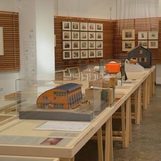 """Blick in die Ausstellung """"Hoch hinaus! Wege und Hütten in den Alpen"""", hier noch beim Aufbau. Foto: Friederike Kaiser"""
