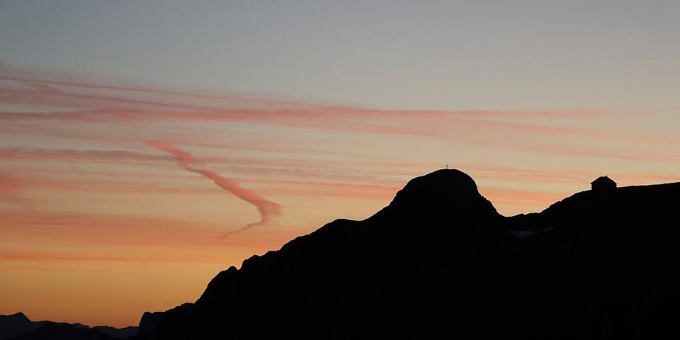 Aufbruch vor Sonnenaufgang: Rückblick zu Reichenstein und Reichensteinhütte am Beginn der Marathonetappe nach Johnsbach. Foto: Axel Klemmer