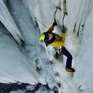 Janina auf der Suche nach dem nächsten Placement für das Eisgerät. Foto: Dörte Pietron
