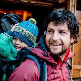 In der Kraxe können auch die Kleinsten mit dabei sein. Foto: DAV/Hans Herbig