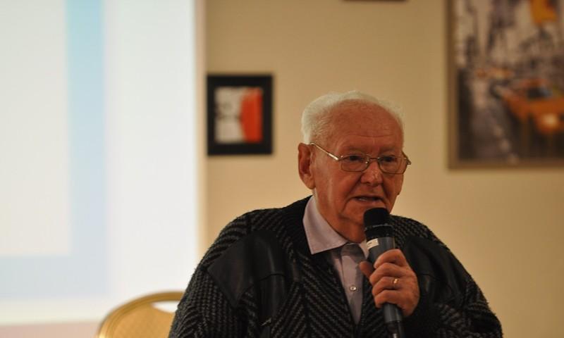 Asher Oud, ein Zeitzeuge im Gespräch mit den Jugendlichen; (c) Jonas Freihart